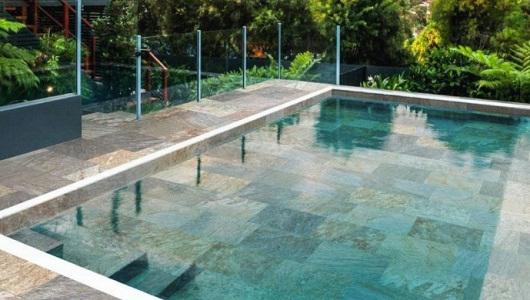 Azulejos imitacion piedra en una piscina