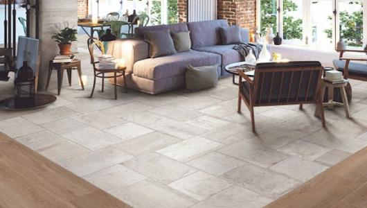Sala de estar con azulejos piedra y madera