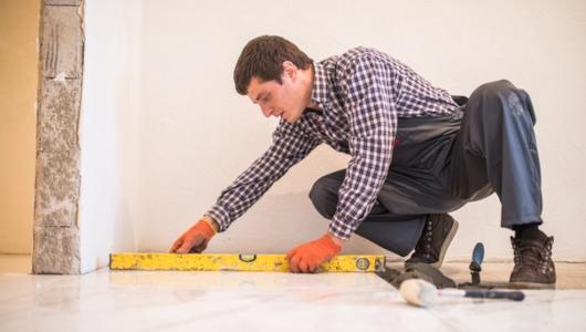 Midiendo el suelo para colocar azulejos