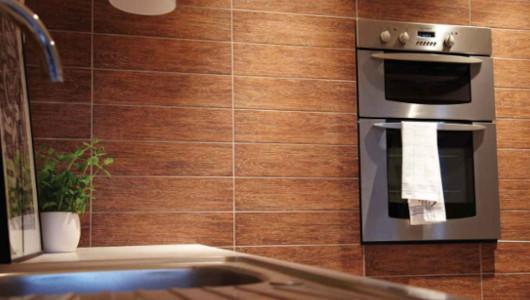 Cocina comercial con azulejos imitacion madera
