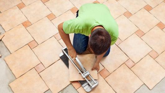 Hombre colocando azulejos