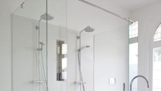 baño con dos columnas de ducha